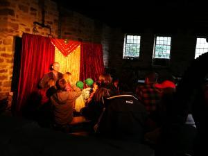Märchenerzähler mit Publikum im Freilichtmuseum