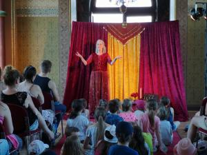 Märchenerzählerin Rita Maria Fröhle im Schloss