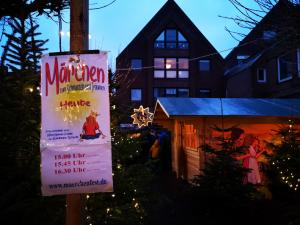 Märchenerzähl-Veranstaltung während eines Weihnachtsmarktes