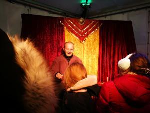 Märchenerzähler Karlheinz Schudt mit Publikum beim Weihnachtsmarkt