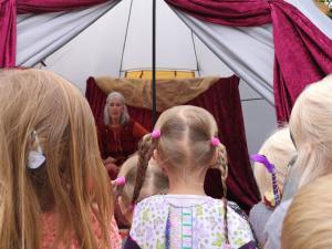 Kinder vor dem Märchentipi