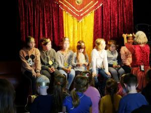 Krönung der Kinder beim Märchen-Mitmach-Programm