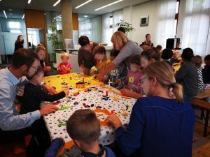 Kronen Basteln beim Märchen-Mitmach-Programm