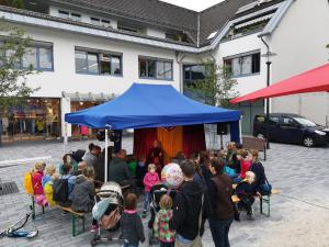 Märchenerzählerin Rita Maria Fröhle mit Publikum im Märchen-Pavillon