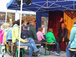 Märchenerzähler erzählt im Märchen-Pavillon