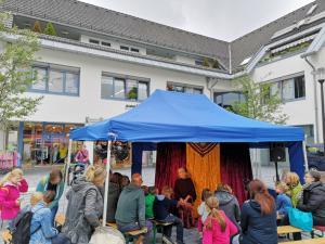 Märchenerzähler Karlheinz Schudt mit Publikum im Märchen-Pavillon