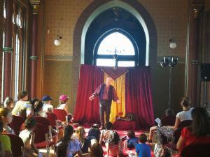 Märchenerzähler Karlheinz Schudt mit Publikum im Schloss