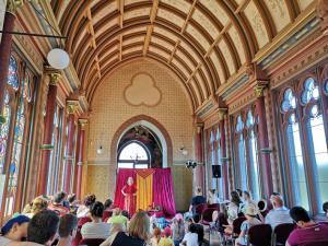 Märchenerzählerin Rita Maria Fröhle mit Publikum im Schloss
