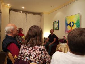 Märchenerzähler erzählt Märchen und Weisheitsgeschichten vor Erwachsenen