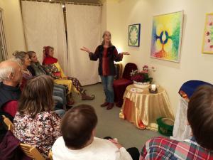 Märchenerzählerin erzählt Märchen und Weisheitsgeschichten vor Erwachsenen