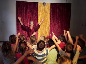 Märchenerzählerin im Kindergarten oder in der Schule