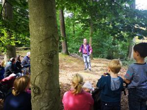 Märchenerzähler Karlheinz Schudt mit Publikum beim Waldspaziergang