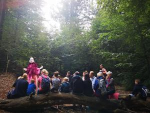 Märchenerzählerin Rita Maria Fröhle während eines Waldspaziergangs