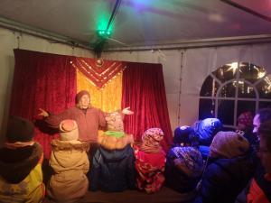 Märchenerzählerin Rita Maria Fröhle mit Publikum beim Weihnachtsmarkt