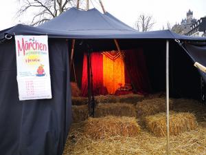 Märchenerzähl-Veranstaltung während eines Weihnachtsmarktes in einer Jurte