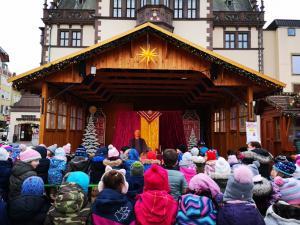 Märchenerzähler Karlheinz Schudt mit Schul- und Kindergartenkindern beim Weihnachtsmarkt