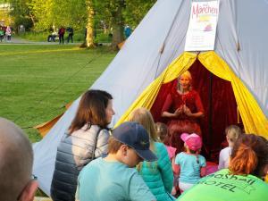 Märchenerzähl-Veranstaltung im Märchentipi beim Lichterfest im Park